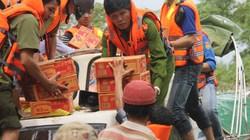 Phó GĐ Công an tỉnh tận tay trao mì cho dân bị lũ