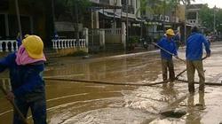 Phố cổ Hội An ngập lũ bùn sau lũ lụt