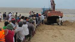 Hàng trăm người vật vã cứu tàu cá gặp nạn