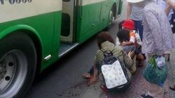 Cụ già đang bế cháu nhỏ bị xe buýt cán nát bàn chân