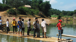Thanh Hóa: Dân xã miền núi Giao An khiếp sợ khi qua sông