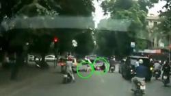 CSGT đột ngột lao ra chặn, bị xe máy tông ngã sõng soài
