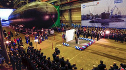 """Toàn cảnh lễ hạ thủy, """"làm phép tăng sức mạnh"""" cho tàu ngầm khủng của Nga"""