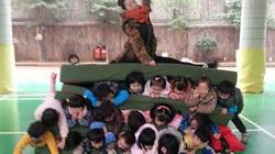 """Sốc với cô giáo mầm non ngồi đè lên 3 """"tầng"""" học sinh"""