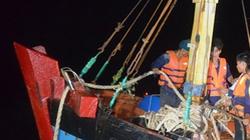 Ứng cứu tàu cá cùng 11 ngư dân gặp nạn