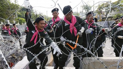 Thủ tướng Thái Lan dùng trực thăng né biểu tình