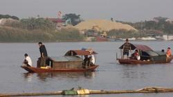 Gia đình chị Huyền thuê tàu hút cát dưới sông tìm thi thể