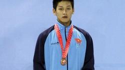 Hoàng Quý Phước cầm cờ Đoàn thể thao Việt Nam