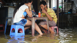 Ngập nặng, người Sài Gòn ra phố... đánh cá