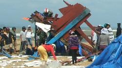 Phú Yên:  Sóng đánh nát tàu cá lớn, thiệt hại tiền tỷ