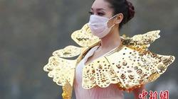 Lóa mắt trước bộ sưu tập vàng ròng nặng trĩu trên cơ thể người mẫu