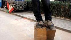 Kỳ quặc người đi giầy sắt nặng 400 kg để chữa bệnh đau lưng