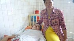 Người mẹ nghèo bất lực nhìn con gái chống chọi với căn bệnh ung thư
