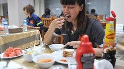 Tuyển nữ tập sút 11m, mua thêm đồ ăn cho trận bán kết