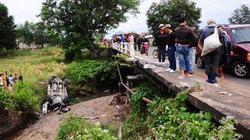 2 ôtô rơi xuống cầu vỡ nát, 5 người thoát chết hy hữu