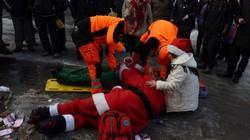 """""""Ông già Noel"""" và nữ phụ tá say xỉn phá nát cả bức tường"""