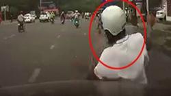 Clip Mercedes tông ngã hai tên cướp vặt gương táo tợn
