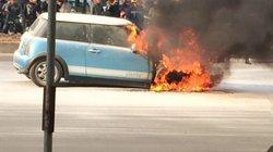 Giây phút xe Cooper bốc cháy giữa đường, nữ tài xế ôm đồ bỏ chạy
