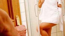 Bị bố chồng rình trộm khi tắm: Nên kể với chồng