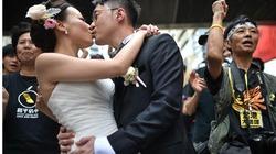 Cô dâu chú rể Hong Kong vừa biểu tình vừa… cưới