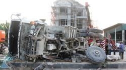 Tránh xe con, xe tải lật nghiêng trượt dài trên QL1A, tài xế thoát chết thần kỳ