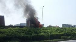 Đang lưu thông, xe container bất ngờ phát cháy dữ dội trên cầu Thanh Trì