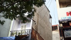 Nhà 3 tầng bất ngờ nghiêng mạnh, tường bị xé toạc rộng vài gang tay