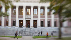 Hàng trăm sinh viên gốc Á tại ĐH Harvard sợ hãi vì bị dọa giết