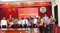 """Tặng Kỷ niệm chương  """"Vì giai cấp nông dân Việt Nam"""" cho 31 cán bộ"""