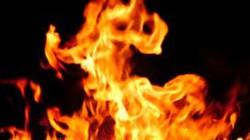 Thiếu niên 15 tuổi tưới xăng đốt nhà, vung dao đâm công an