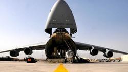 """Cận cảnh siêu máy bay Mỹ """"há mồm, nuốt xe tăng M1 Abrams"""""""