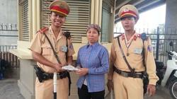 Trả 10 triệu cho chị đồng nát, CSGT Hà Nội giúp một cô gái được vào đại học