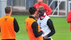 """Nổi máu điên, Balotelli lại suýt """"tẩn"""" đồng đội"""