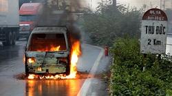 TP.HCM: Xe tải cháy bình xăng dữ dội, tài xế bung cửa thoát hiểm ngoạn mục