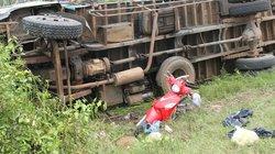 Xe tải nghiền nát xe máy cùng chiều, dân lao vào cứu nạn nhân