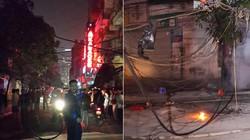 Hà Nội: Cháy cột điện kéo sập dây điện, cáp viễn thông chắn ngang phố Trần Bình