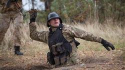Chùm ảnh lính Ukraine tập dùng cành cây làm lựu đạn