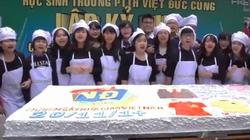 Choáng với chiếc bánh kem khổng lồ tặng thầy cô của teen Việt Đức