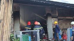 Xưởng in rộng hàng trăm mét vuông phát cháy dữ dội lúc sáng sớm