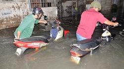 TP.HCM: Mưa lớn, đường phố ngập sâu cả mét