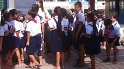 Học sinh ùa ra đón cô giáo tự tử trước mặt hiệu trưởng ở TP.HCM