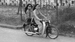 """Thiếu nữ Sài Gòn xưa thướt tha với áo dài và ngao du trên """"xế nổ"""""""