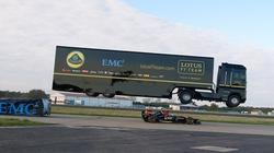Xe tải lập kỷ lục thế giới khi bay qua đầu xe F1