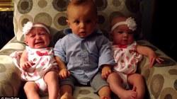 """Video: Cậu bé """"sốc"""" khi lần đầu gặp 2 em sinh đôi"""