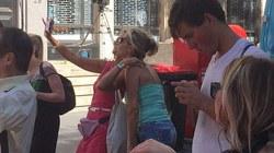 """Vụ bắt cóc ở Úc: Du khách hớn hở chụp ảnh """"tự sướng"""""""