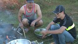 4 ông bố Việt dựng bếp dã chiến nấu cơm cho con