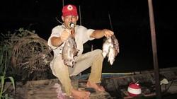 Bơi xuồng săn chuột đồng thu tiền triệu mỗi đêm ở miền Tây