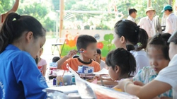 """Trẻ nhiễm HIV đến trường: """"Học chung"""" nhưng phải dạy riêng"""