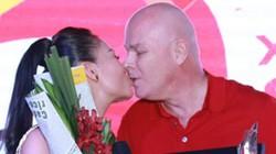 Bà bầu Thu Minh khóa môi chồng Tây trên sân khấu