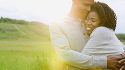Ôm nhau có thể phòng chống cảm cúm